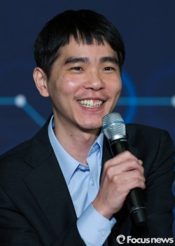 13일 오후 서울 종로구 포시즌스호텔에서 열린 구글 딥마인드 챌린지 매치 제4국 기자회견에 참석한 이세돌 9단이 취재진의 질문에 답하고 있다. - 포커스뉴스 제공